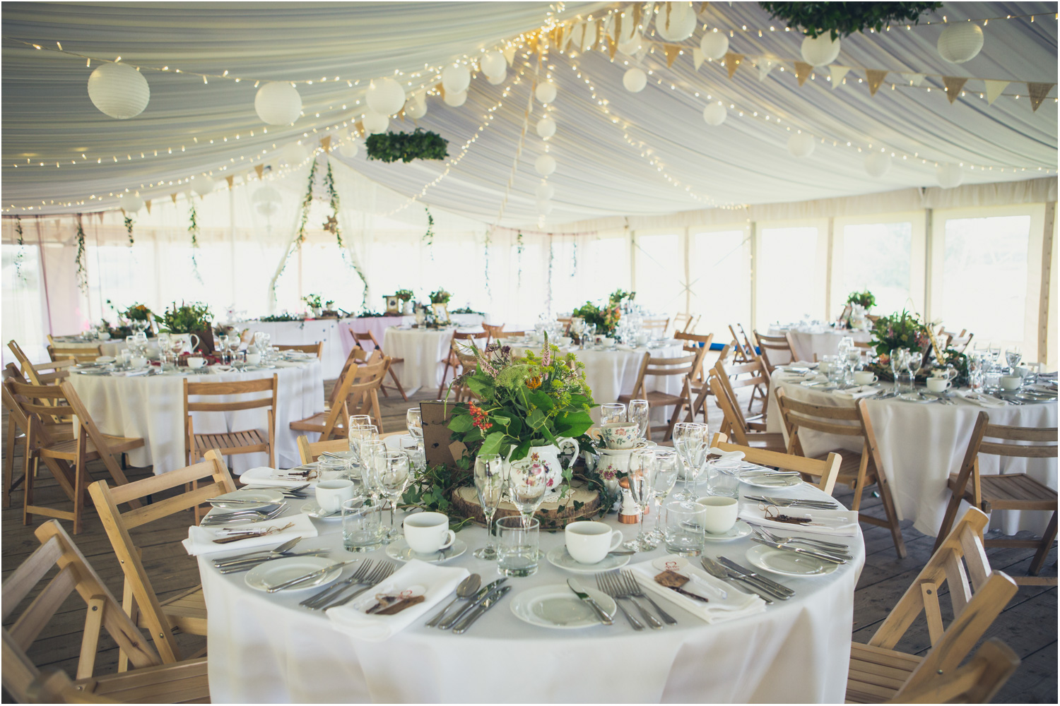 4 compact hoops of greenery with round tables